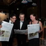 Gäste beim Ball des Weines 2014 mit hauseigener Zeitung