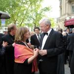 Gäste im Gespräch beim Empfang des Ball des Weines 2014