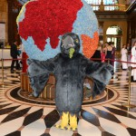Maskottchen des Ball des Weines 2014 in der Empfangshalle des Wiesbadener Kurhauses
