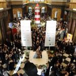 Gefüllte Empfangshalle des Wiesbadener Kurhauses mit Gästen und Partnern 2012