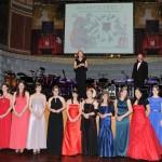 Die Weinköniginnen auf der Bühne des Ball des Weines 2015